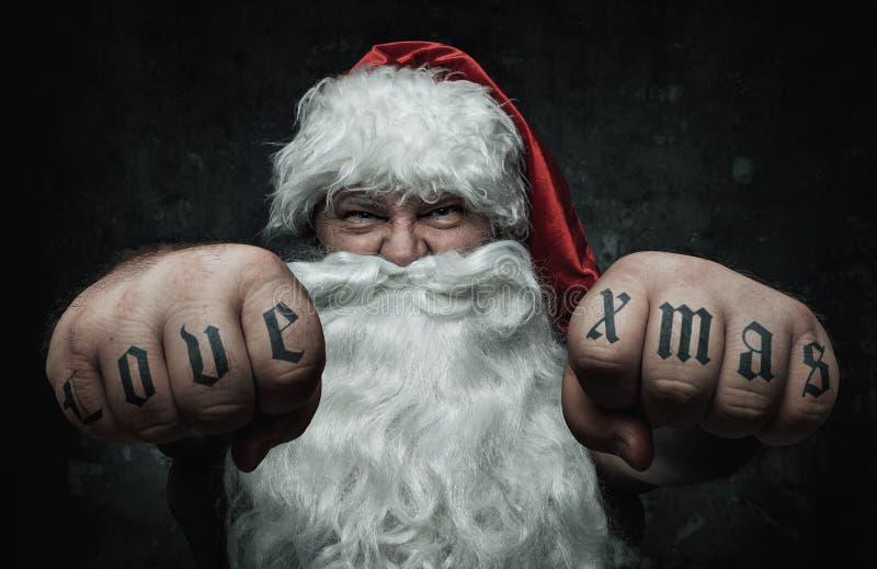 Santa Claus pazza divertente che mostra i tatuaggi fotografie stock libere da diritti