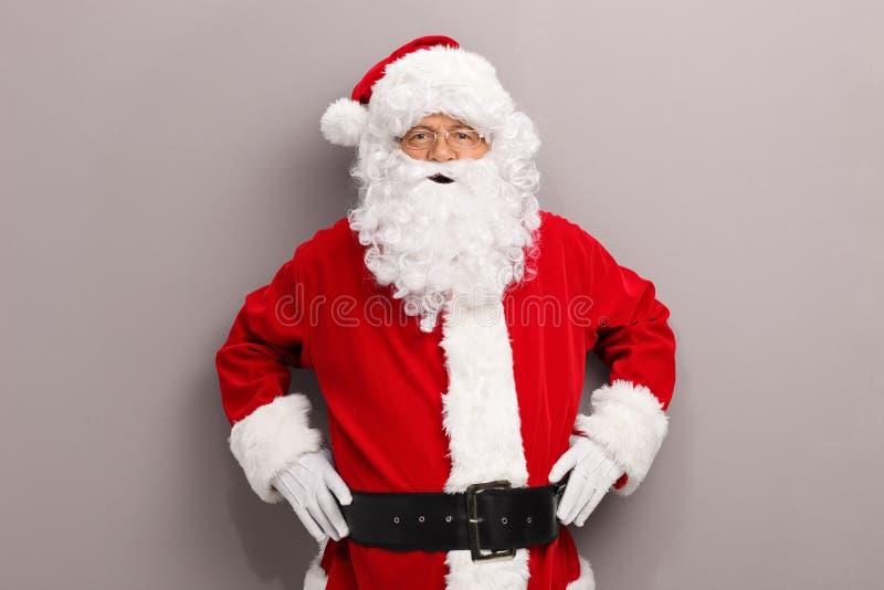 Santa Claus posant devant un mur photo libre de droits