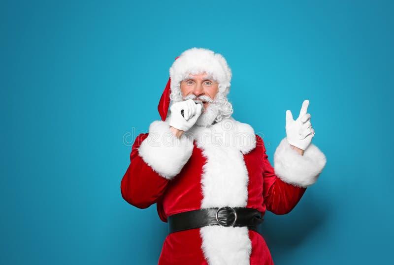 Santa Claus que canta no microfone foto de stock royalty free