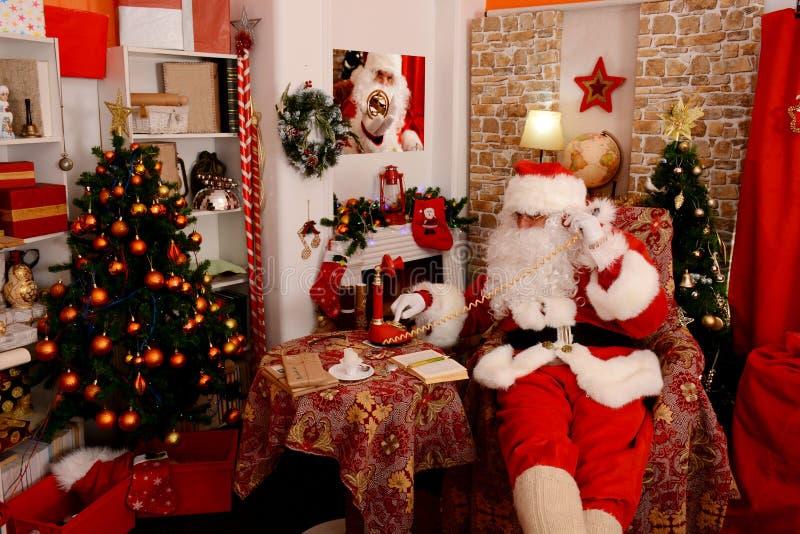 Santa Claus que chama pelo telefone do vintage imagem de stock royalty free