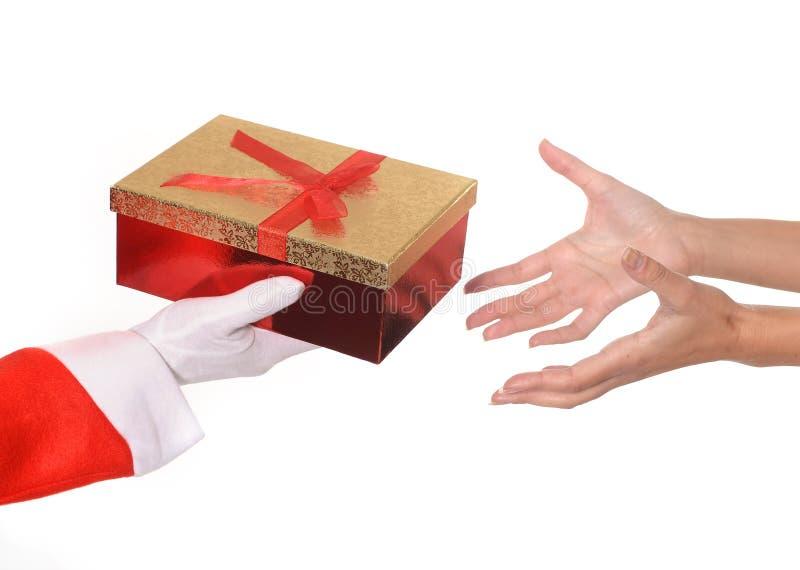 Santa Claus que da el regalo de Navidad a la mujer imagen de archivo libre de regalías