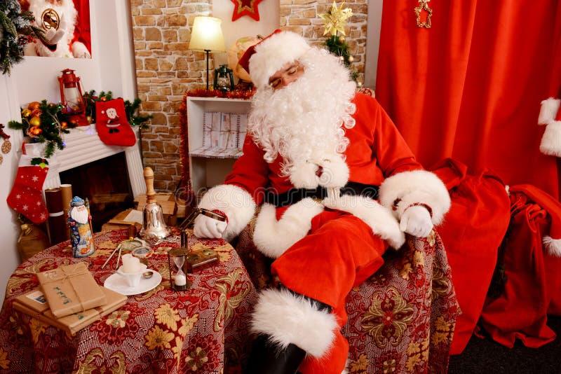 Santa Claus que dorme em sua casa imagens de stock royalty free