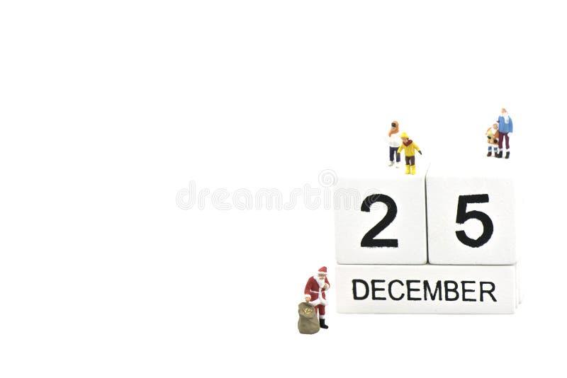 Santa Claus que encontra crian?as no dia de Natal no fundo, no conceito brancos do Natal e do feriado fotos de stock royalty free
