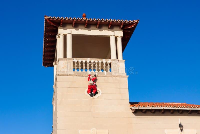 Santa Claus que escala acima a parede Palma, Majorca imagens de stock