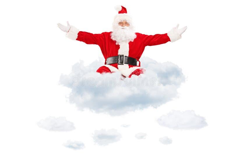 Santa Claus que espalha suas mãos e que voa em nuvens fotografia de stock