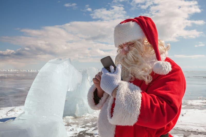 Santa Claus que está fora no gelo fotos de stock royalty free