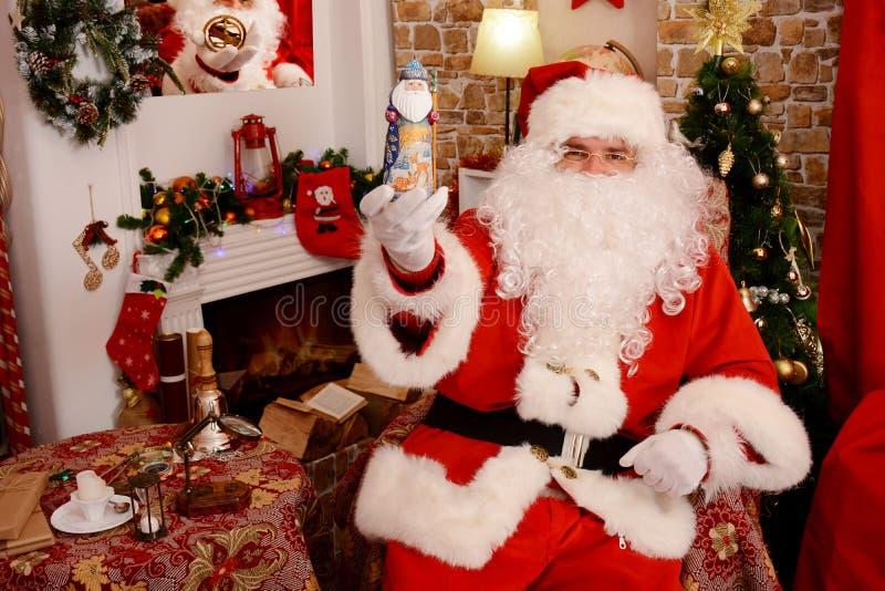 Santa Claus que guarda a estatueta do Natal foto de stock