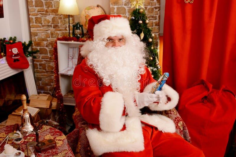 Santa Claus que guarda a estatueta do Natal imagens de stock