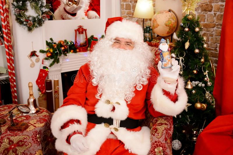Santa Claus que guarda a estatueta do Natal imagem de stock
