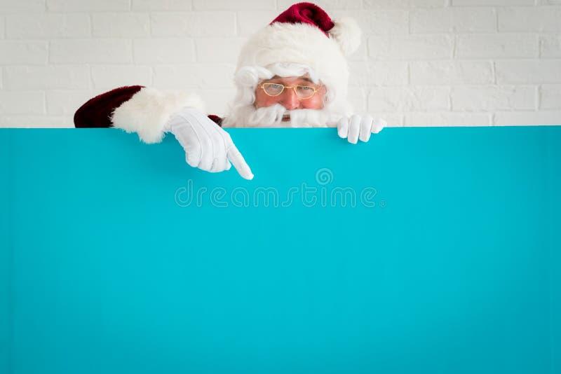 Santa Claus que guarda a placa da bandeira imagens de stock