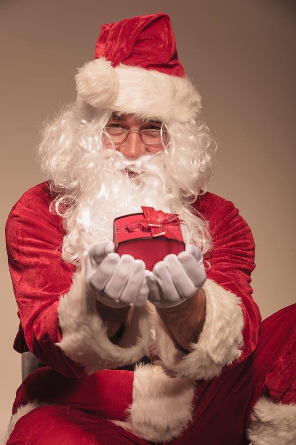 Santa Claus que le da un presente fotografía de archivo libre de regalías