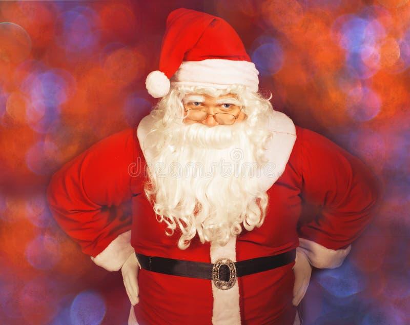 Santa Claus que levanta sobre o fundo vermelho imagem de stock royalty free