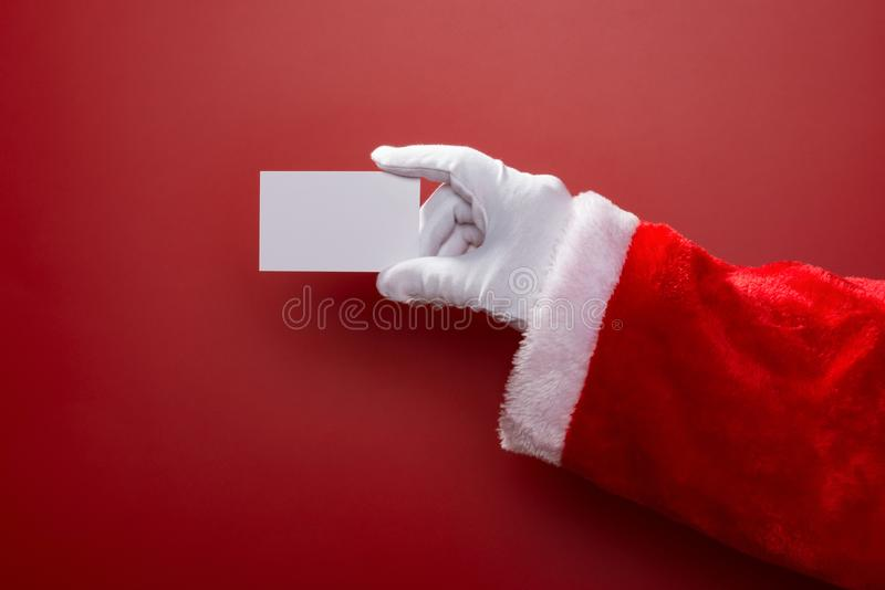 Santa Claus que mantém um cartão vazio branco bom para o teste no vermelho fotos de stock royalty free