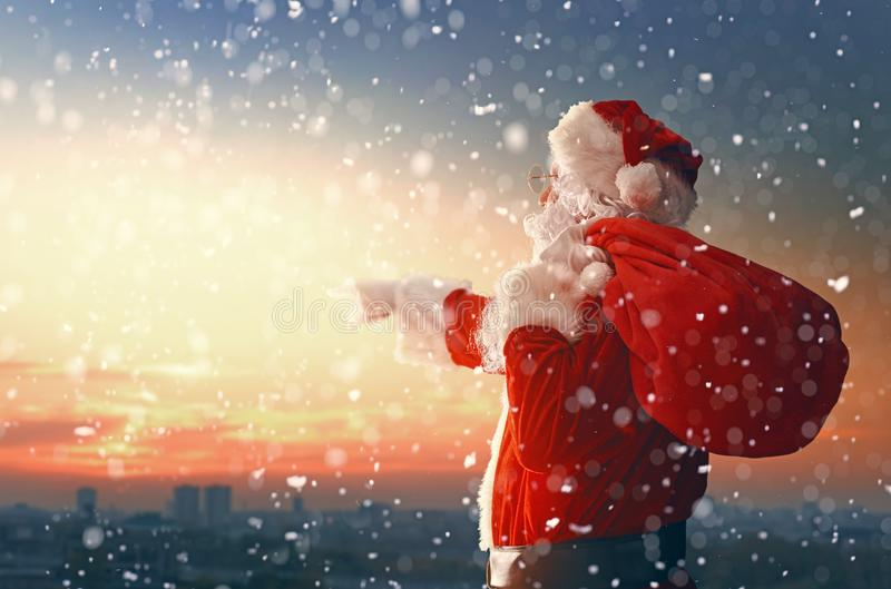Santa Claus que mira la ciudad fotos de archivo libres de regalías