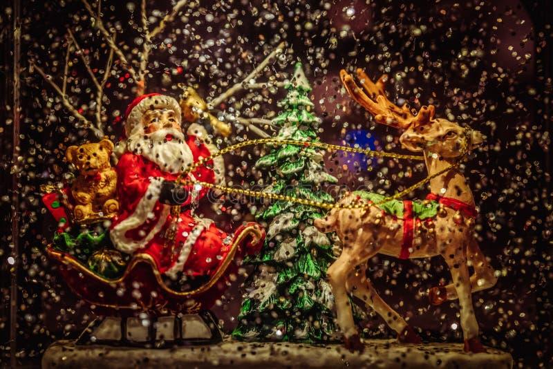 Santa Claus que monta uma decoração do Natal dos cervos imagem de stock
