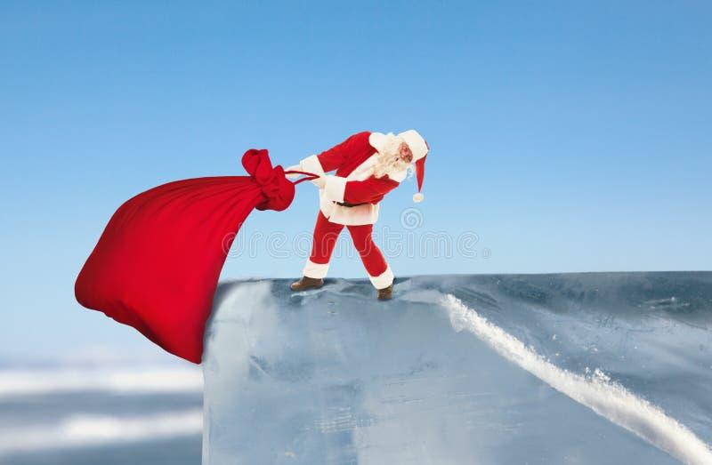 Santa Claus que supera obstáculos entrega presentes às crianças em C fotos de stock