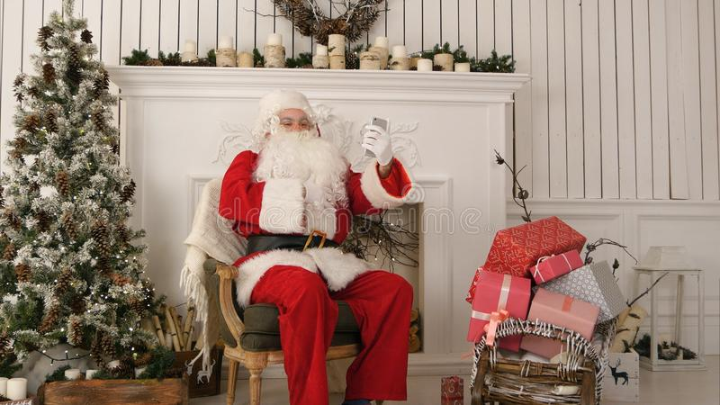 Santa Claus que toma felices selfies en su teléfono imágenes de archivo libres de regalías