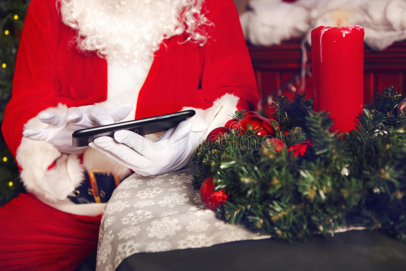 Santa Claus que usa um tablet pc foto de stock