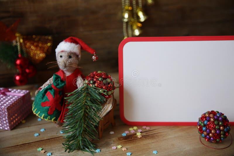 Santa Claus-rat met een zak van giften en een Kerstboom Symbool van de Chinese kalender, stock foto