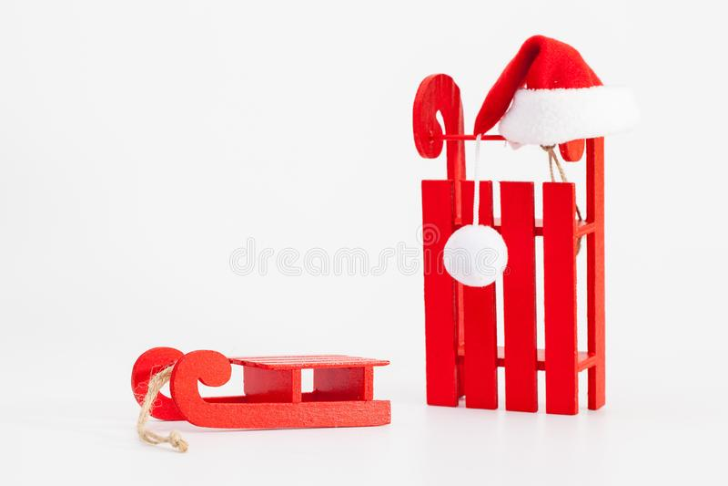 Santa Claus Red Wodden Sleigh met Santa Cap op wit t wordt geïsoleerd dat royalty-vrije stock foto