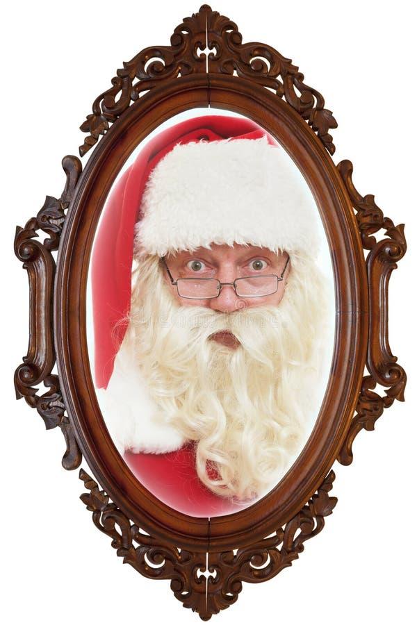 Santa Claus refletiu no espelho velho fotos de stock royalty free