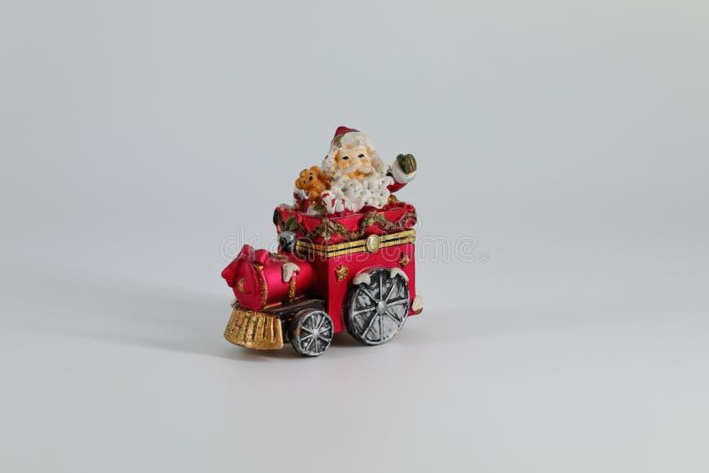 Santa Claus reist op een kleine rode stuk speelgoed trein royalty-vrije stock foto's