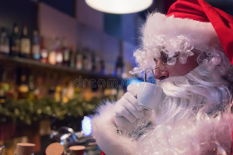 Santa Claus-rust in bar met hete cappuccino stock foto's