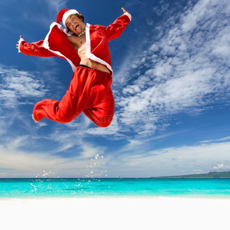 Santa Claus salta na praia tropical imagens de stock
