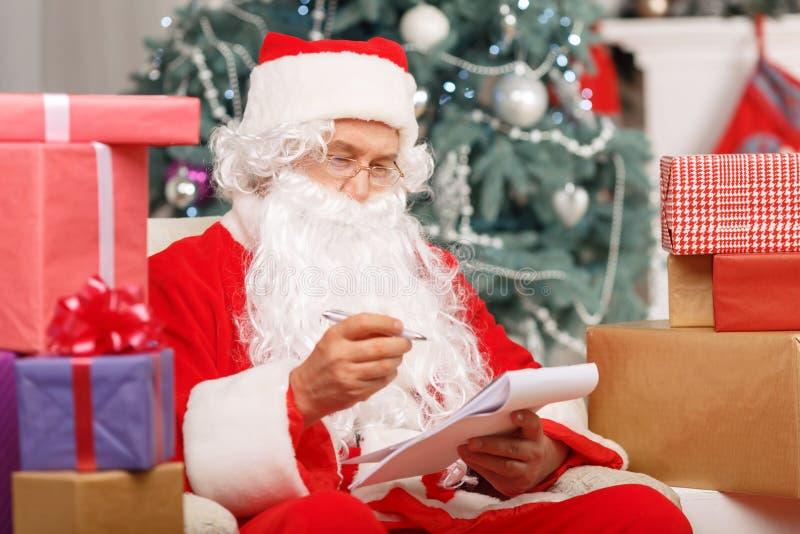 Santa Claus sammanträde i armstolen arkivfoton