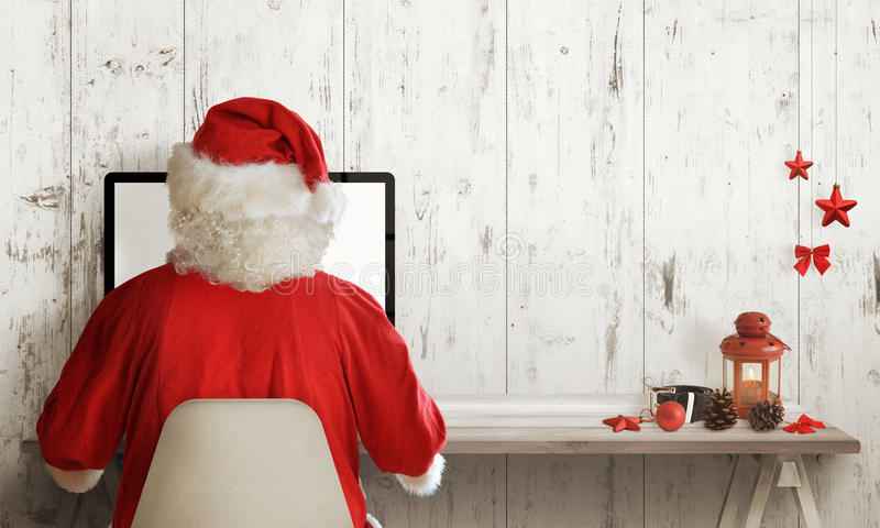 Santa Claus shopping på datoren Julförsäljningstid Fritt avstånd för text royaltyfria bilder