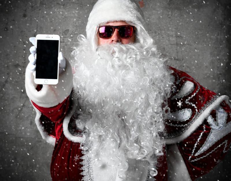 Santa Claus-Showleerer bildschirm mit Textraum des mobilen Mobiltelefons Neues Jahr und frohe Weihnachten stockfoto