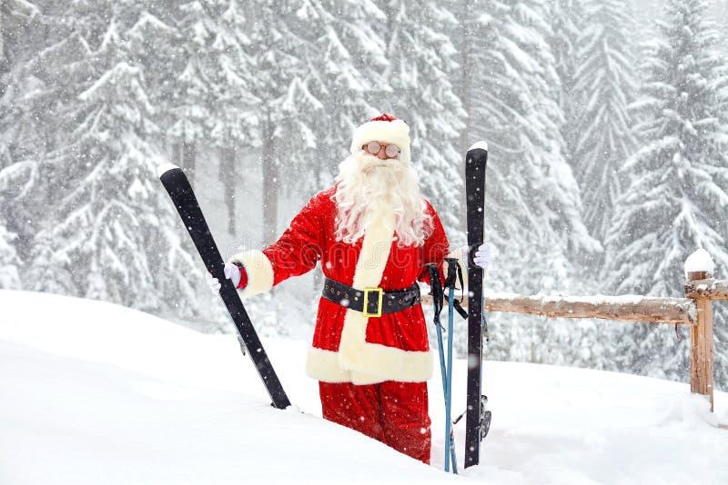 Santa Claus-skiër op de achtergrond van het skilandschap royalty-vrije stock foto
