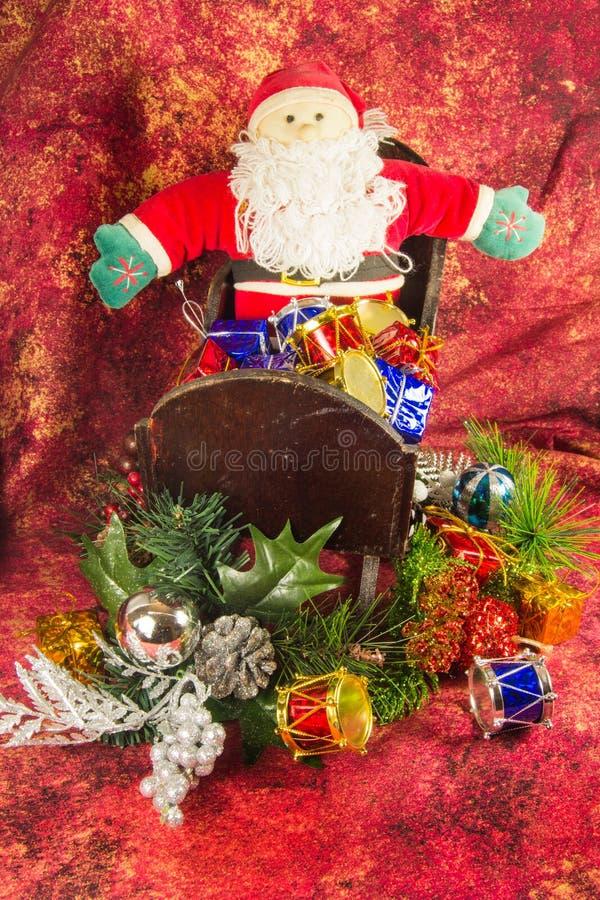 Santa Claus, släde och gåvor royaltyfri bild