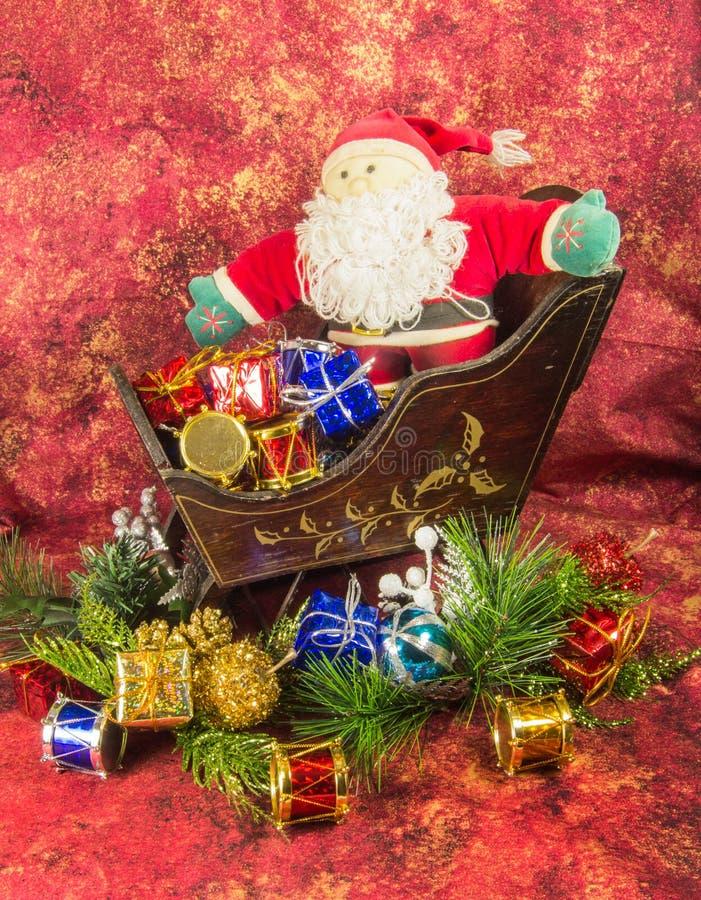 Santa Claus, släde och gåvor arkivfoton