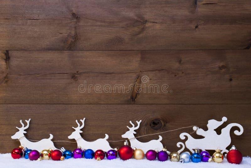 Santa Claus Sled With Reindeer snö, färgrika julbollar arkivbilder