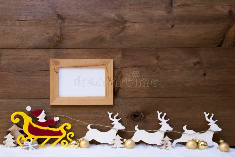 Santa Claus Sled ren, snö, kopieringsutrymme, guld- boll, ram fotografering för bildbyråer