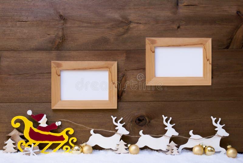 Santa Claus Sled ren, snö, kopieringsutrymme, ram två royaltyfria bilder