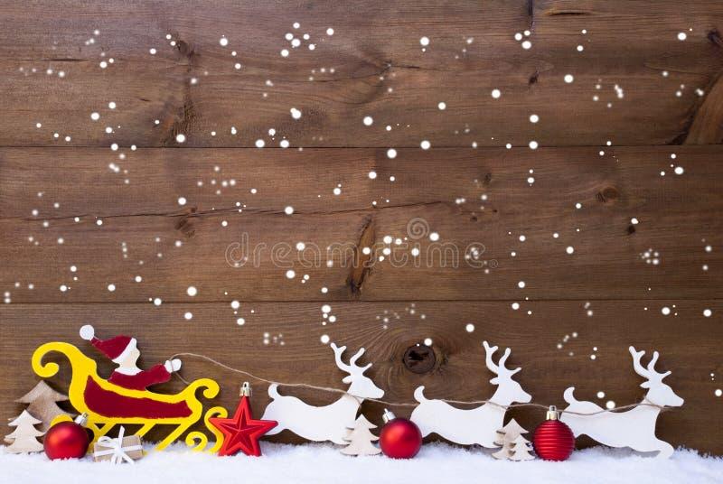 Santa Claus Sled ren, snöflingor, kopieringsutrymme, röda bollar royaltyfri bild