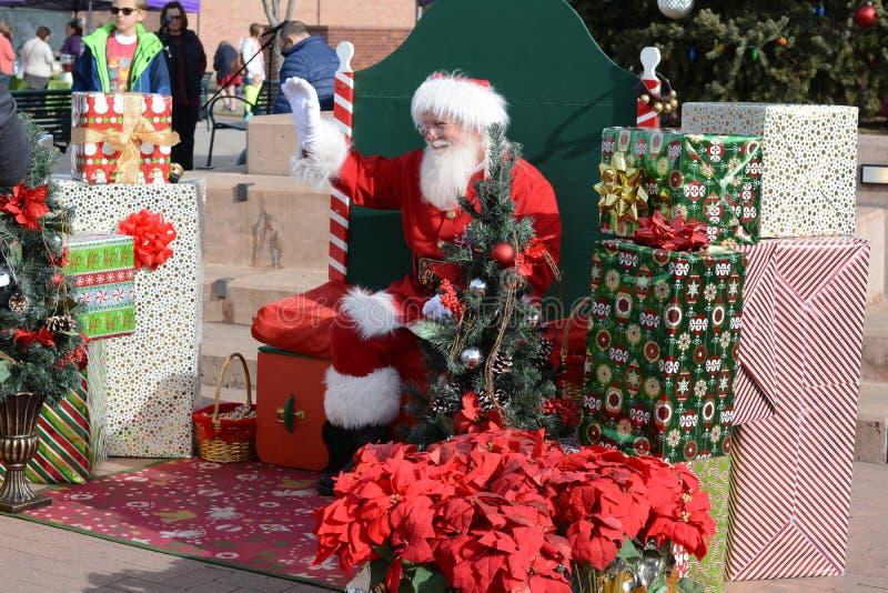Santa Claus som besöker med lokala familjer arkivbild