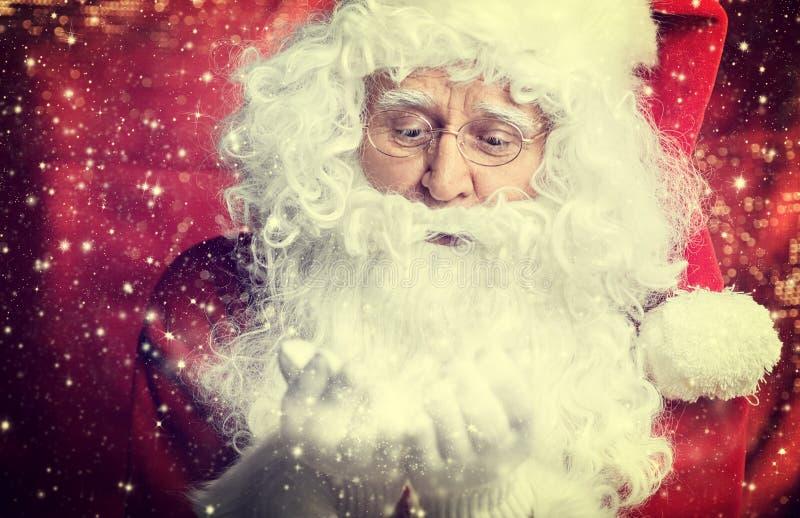 Santa Claus som dricker teCloseupståenden som isoleras på rött arkivbilder