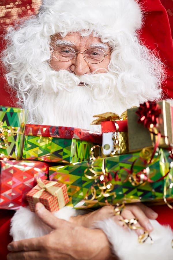Santa Claus som dricker teCloseupståenden som isoleras på rött royaltyfria foton