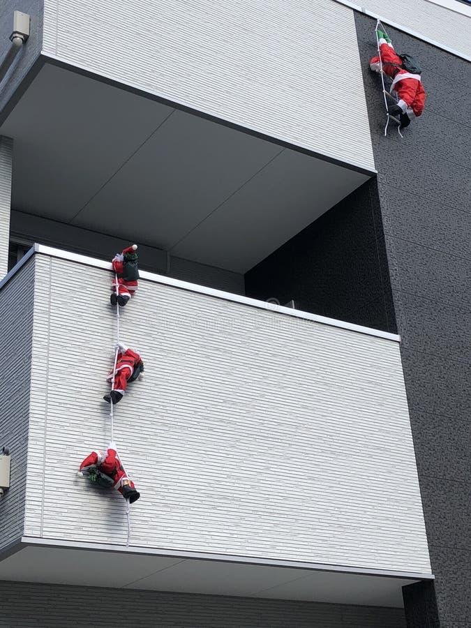 Santa Claus som klättrar trappan arkivfoto