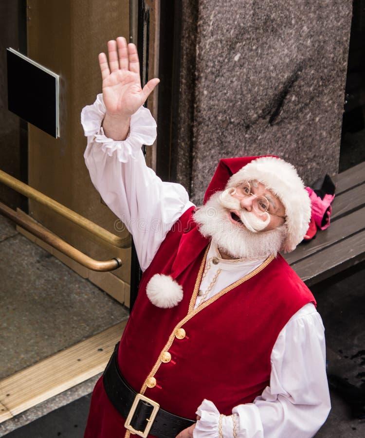 Santa Claus som ser upp och vinkar, som sett från över royaltyfri fotografi