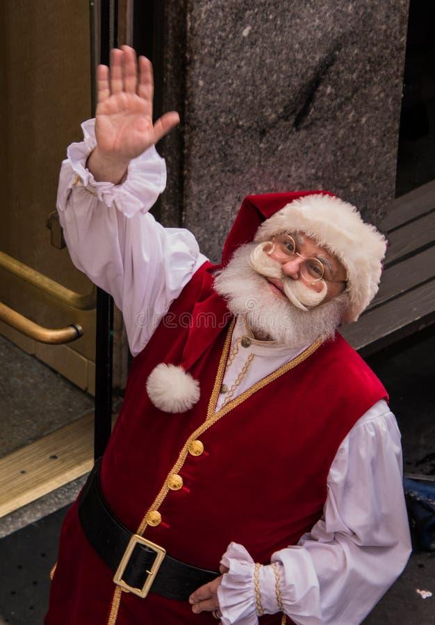 Santa Claus som ser upp och vinkar, som sett från över royaltyfri bild