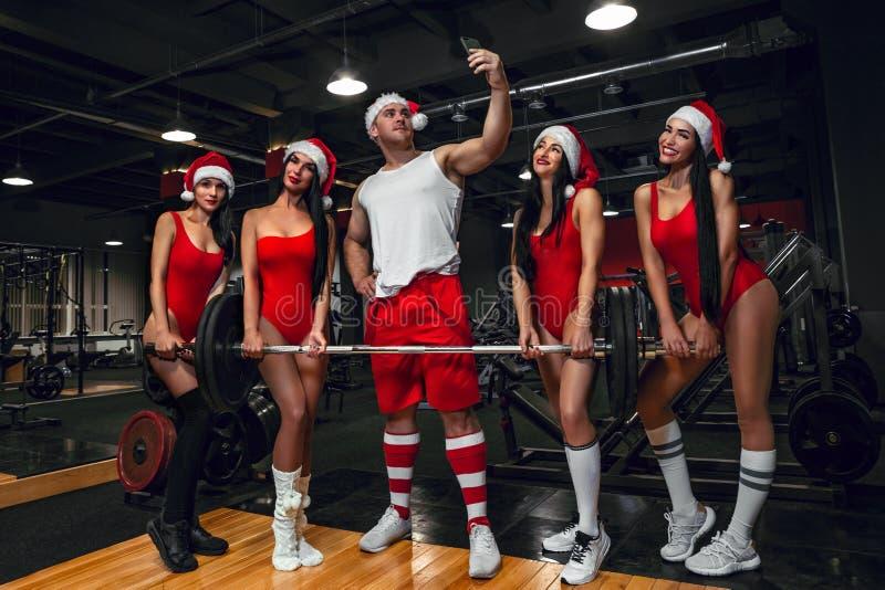 Santa Claus som tar selfie vid mobilen med flickor royaltyfria foton