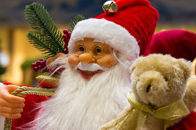 Santa Claus sorridente con i regali e la fine dell'albero del nuovo anno su Buon Natale e concetto del buon anno immagini stock