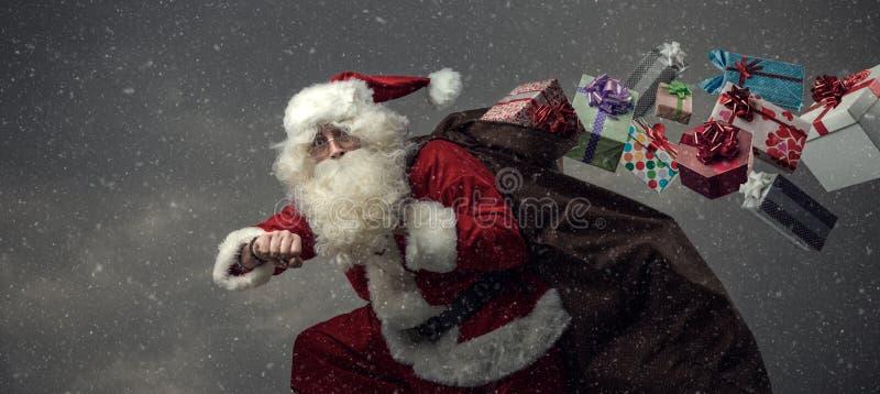 Santa Claus spring och levereragåvor royaltyfri bild