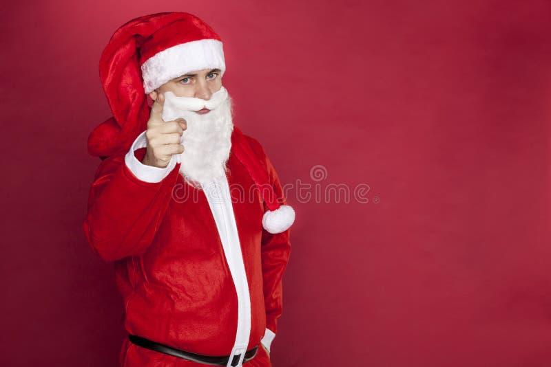 Santa Claus sta con le armi piegate immagini stock
