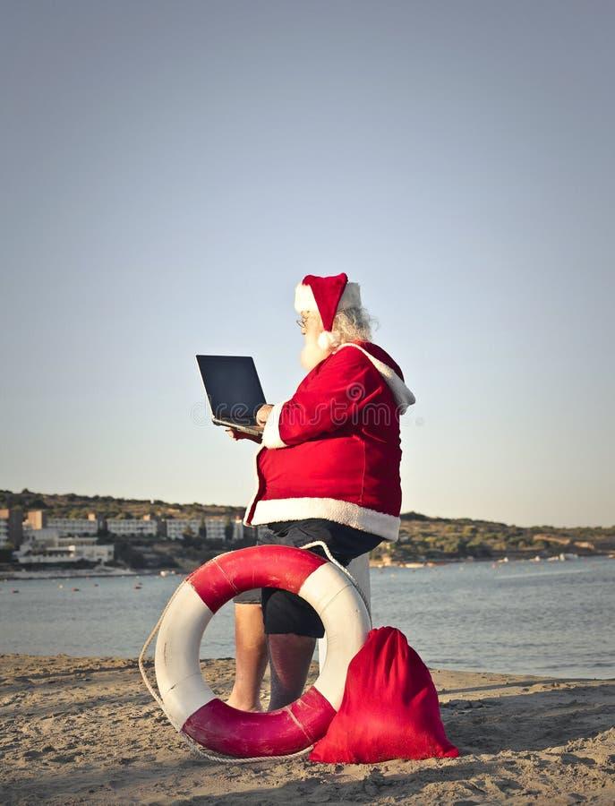 Santa Claus am Strand stockbild
