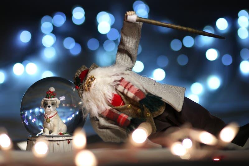 Santa Claus sur le globe de neige avec l'analyse de chien, miniature, à extrémité élevé photo libre de droits